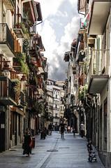 Maravillas del Pais vasco (Hernani) (Luis DLF) Tags: street wall village pavement pueblo basquecountry paisvasco vitoria hernani cascoantiguo gazteiz