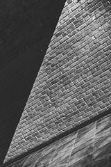 Luces y sombras (edu_420) Tags: color ladrillo blanco sol gris luces union negro artes sombras triangulos convergente