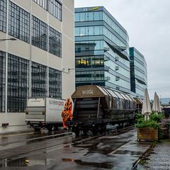 Shunting the mill: two men in orange (1/5) (jaeschol) Tags: switzerland railway fujifilm locomotive zrich ch kreis5 shunter diesellocomotive hardbruecke kantonzrich stadtzrich swissmill dieselhydrauliclocomotive am843 x100s shuntingzrich am843095