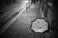 lost umbrella (gato-gato-gato) Tags: street leica bw white black blanco monochrome digital 50mm schweiz switzerland abend noir suisse strasse zurich negro hard streetphotography rangefinder mai monochrom zrich svizzera weiss zuerich blanc manualfocus schwarz regen freitag onthestreets m9 zri sviss  feierabend langstrasse zwitserland isvire zurigo werd kreis4 manualmode zueri aussersihl strase   kreischeib messsucher manuellerfokus gatogatogato leicasummiluxm50mmf14asph leicam9 gatogatogatoch wwwgatogatogatoch