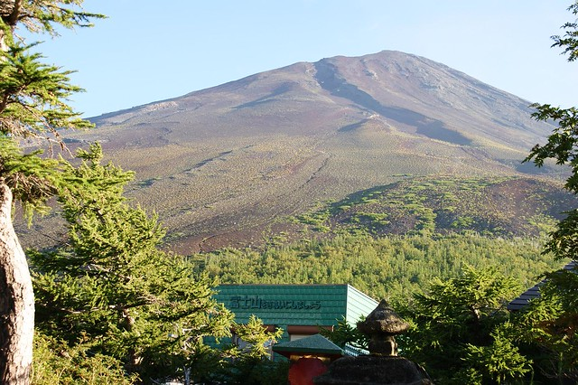 後ろを振り返ると富士の頂上が目の前に!!いつかあのてっぺん。|冨士山小御嶽神社