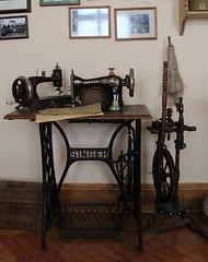 SINGER sewing machine (:Linda:) Tags: museum germany town thuringia singer sewingmachine tool spinningwheel nähmaschine themar spinnrad