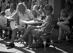 Sourire Ultra Bright (Sylvain Courant photographies) Tags: life street bw paris photography photo still couple bright noiretblanc femme scene montmartre nb capitale rue sourire ultra joie homme vie placedutertre siterenomm sylvaincourant