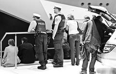 police/mercedes (Das halbrunde Zimmer) Tags: street blackandwhite canon germany deutschland streetphotography monochrom schwarzweiss messe frankfurtmain iaa blackandwhitephotography urbanphotography automobilmesse