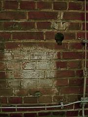 Hier (web.werkraum) Tags: street urban streetart berlin art germany artist head wand galerie urbanart association aufkleber zeichen kopf ziegel pfeil klinker streetartberlin streetheads vertrautheit dasdasein kopfmuster berlinerknstlerin tagesnotiz verortung strassenkpfe webwerkraum karinsakrowski