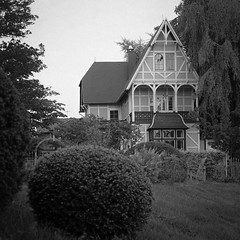 Old House (pixel-art) Tags: park blackandwhite house haus 150 hp5 rodinal rgen 400iso mecklenburgvorpommern mamiya645protl vuescan canon8800f sekorc8028n