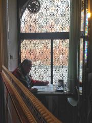 Leyendo el periodico (Micheo) Tags: man caf bar reading newspaper spain granada press desayuno hombre lectura bares albaicin iphone casapasteles pausa leyendo cliente