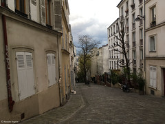 en descente (alexandrarougeron) Tags: rue montmartre extrieur pave urbain ville paris france volet