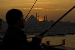 galata_sunset_hagerman (David Hagerman Photography) Tags: sunset food portraits turkey photography faces streetphotography photojournalism istanbul bosphorus kurdistan turkishfood grilledfish kurds galatabridge foodphotography eminonu ferryboats easternturkey balikekmek feribots seaofmamara facesofturkey fishsandwish grilledfishonboats