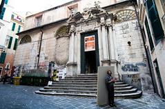 Chi sorregge chi? (Giovanni Tabb) Tags: street sony streetphotography genoa genova porto ultrawide antico caruggi portoantico sonynex6 sel1018f4 sony1018 vision:outdoor=0943