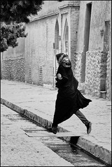 F_DSC8799-BW-Nikon D300S-Nikkor 80-400mm-May Lee 廖藹淳 (May-margy) Tags: bw iran running kashan hopping 跑 跳 inahurry iranianlady 伊朗 nikkor80400mm nikond300s 匆忙 maymargy maylee廖藹淳 卡山 fdsc8799bw 伊朗婦女 明溝