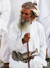Man at the friday market in Nizwa, Oman (Frans.Sellies) Tags: oman nizwa khanjar  jambiya    jambia   umman   img1761  janbia