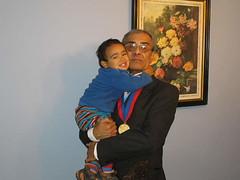 Seguramente el más efusivo de los saludos fue el de mi nieto Diego Vicuña Pérez. Fotografía tomada por Gonzalo Pérez Alfaro. Martes 18 de abril de 2006.