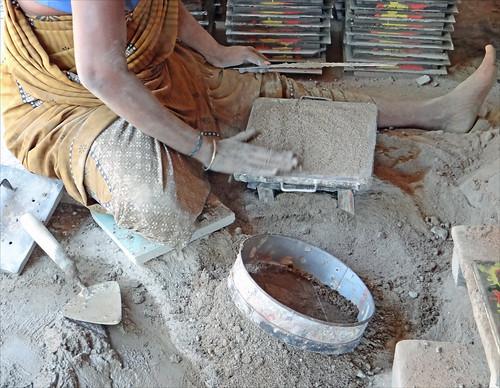 Fabrication des carreaux de Chettinad (Inde)
