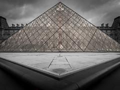 Louvre (olipennell) Tags: paris france building monochrome frankreich ledefrance louvre fr gebude pyramidedulouvre