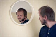Man in the Mirror (*Kicki*) Tags: portrait man reflection face person mirror sweden bokeh 100mm glas johan ffp maninthemirror bergslagen spegel personportrait ulvaklev ngelsberg fotosondag finafotopolare fs160529