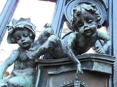 (CptSpeedy) Tags: london england unitedkingdom uk palace king queen westminster children cherub gate