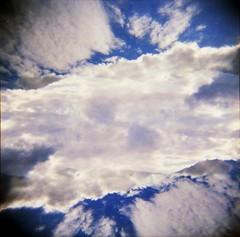 [Holga e le Sue Sorelle] Nuvole e brandelli minimi di paesaggio dell'Elba (Urca) Tags: isoladelba holgalomo1201606110012