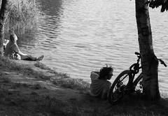 Summer in the City (w.friedler) Tags: berlin park sonne sun schatten shadow baum bume tree wasser see ufer chillen fahrrad bike bicycle