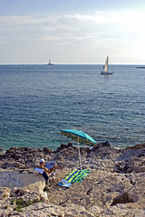 Croatie / Croatia, 2008 (Joseff_K) Tags: sea mer man boat croatia parasol bateau homme adriaticsea istria croatie beachumbrella meradriatique istrie serviettedebain bathtovel