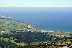 Pico Pienzu (A. del Campo) Tags: sky espaa naturaleza verde green sol nature water azul mar agua asturias playa paisaje caminos campo montaa rutas bosques panormica prados cantbrico nikond3000