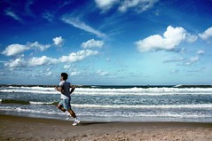 La playa de Plymouth (Newlink Cursos de Idiomas en el Extranjero) Tags: life blue sea vacation sky music sun man beach sport relax seaside energy day waves skies power fast running run aim sportsman rash