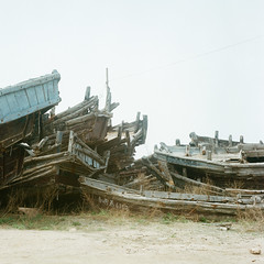 渔船 (richardhwc) Tags: 120 6x6 film rolleiflex mediumformat kodak qingdao 35e planar carlzeiss portra400 75mmf35 coatingdegraded