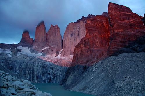 """Torres del Paine - Torres Norte, Central i Sur - wschód słońca <a style=""""margin-left:10px; font-size:0.8em;"""" href=""""http://www.flickr.com/photos/125852101@N02/15920745973/"""" target=""""_blank"""">@flickr</a>"""