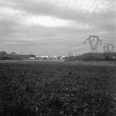 Les Uselles, Le Me-sur-Seine - Seine-et-Marne (haperla) Tags: bridge bw france mamiya field electric square wire noir ledefrance suburban nb pont raphael tension et fr blanc champ haute voltage carr fils hight reseau c330 lctrique boissiselabertrand firon haperla banlieur
