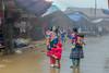 Y1276.0213.Si Ma Cai.Bắc Hà.Lào Cai (hoanglongphoto) Tags: asia asian vietnam northvietnam northwestvietnam outdoor people life dailylife vietnamlife women hmongwomen childre cute girls market simacaimarket marketinthemountains vietnammarketinthemountains morning spring canon canoneos1dx tâybắc làocai simacai chợ chợsimacai chợvùngcao cuộcsống conngười đờithường phụnữhmông trẻem trẻcon trẻemgái buổisáng mùaxuân mother motheranddaughter bàmẹ mẹ mẹvàcongái canonef70200mmf28lisiiusmlens mist sươngmù