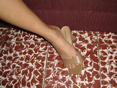 bebe17 (J.Saenz) Tags: feet foot pies fetichismo podolatras pieds mujer woman dedo toe pedicure nail ua polish esmalte pintada toenail zapatos shoes tacones heels tacos tacchi schuh scarpe shoefetish shoeplay mules slides slippers thongs sandals sandalias