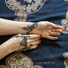 Hands painted with khidab, the Yeminite gall ink (olga_rashida) Tags: berlin art painting hand kunst main bodypainting mehendi bodyart mehndi tatuaggio hennatattoo mehandi krperbemalung mehndidesign  lacca naksh peinturecorporelle khidab hennadesign  hennamalerei tatouageauhenn hennabemalung kunstamkrper httpwwwhennaundmehrde bemalungmitkhidab