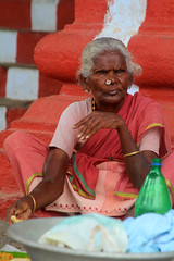 India (elena_lazarus) Tags: woman lunch eat inde mahabalipuram