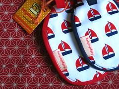 Sailing (Carol Grilo • FofysFactory®) Tags: trip azul boats tag navy craft vermelho carolgrilo viagem marinho barquinho fofysfactory identificador feitoamão malabagagem