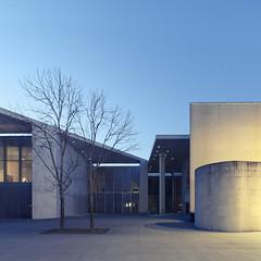 (maxelmann) Tags: blue architecture germany bonn kunst kultur architektur blau bonbon beton bundeskunsthalle kunsthalle quadrat kunstmuseum axelschultes blauestunde museumsmeile friedrichebertallee maxelmann bonnquadratisch