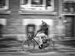 Fluisterfiets - Whisper bike (PortSite) Tags: street bw white man black holland netherlands amsterdam bike photography cycling nikon whispering fluisteren zwartwit nederland zwart wit paysbas fiets straat zw 2014 portsite straatfotografie meetrekken d3s fietsende