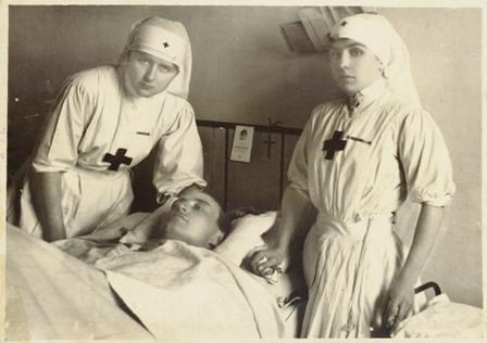 Crocerossine assistono un paziente in ospedale, 1916,  Reparto Cinematografico del Regio Esercito Italiano, Roma, Museo Centrale del Risorgimento