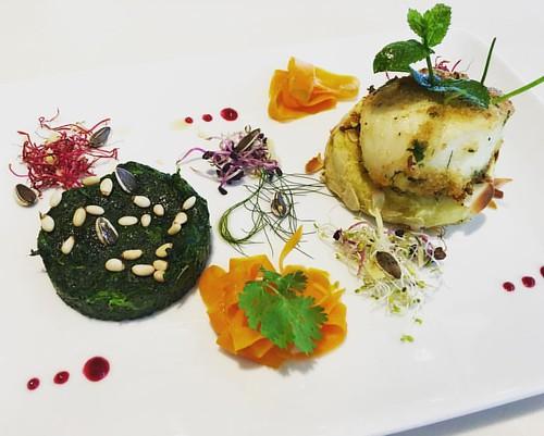 #ristorantealfio #chefesteban #prelibatezze Halibut aromatizzato alla menta su tortino di patate, cocco e zenzero con timballo di spinaci ai pinoli e carote marinate a freddo.