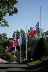 Sans parole (.urbanman.) Tags: couleurs drapeau bziers deuil drapeaufranais enberne deuilnational 14juillet2016