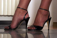 Vani061 (J.Saenz) Tags: feet foot pies fetichismo podolatras pieds mujer woman dedo toe pedicure nail ua polish esmalte pintada toenail piernas legs gambe gams beine zapatos shoes tacones heels tacos tacchi schuh scarpe shoefetish shoeplay sandals sandalias stockings medias nylons pantyhose pantys hosery calze collant bas hose