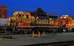 GP35u at Night (Jeff Carlson_82) Tags: bnsf burlingtonnorthernsantafe gn emd rebuilt rebuild gp35u gp393r bluehour nightphotography night topeka ks kansas 2568 train railfan railroad railway
