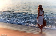 Vora el mar (Trumfa) Tags: sea beach girl mar chica dress playa luggage handbag noia vestido maleta platja vestit