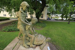 Kinder mit Schildkrte (Pascal Volk) Tags: sculpture berlin statue skulptur wideangle wa ww 16mm spree schlosspark kpenick superwideangle sww uwa weitwinkel swa ultrawideangle dahme uww ultraweitwinkel superweitwinkel schlosskpenick canonef1635mmf4lisusm canoneos6d kpenickpalace berlintreptowkpenick