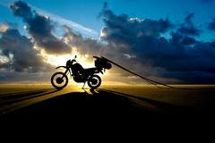 Vlieland - Vliehors - 06.47 uur (Dirk Bruin) Tags: vlieland vliehors jutten strandjutten beachcoming xt600e ijzeren paard yamaha jutbrommer zonsopkomst sunrise strand noordwestenwind noordwest jutterij beachcombing beachcomber strandrauber aanspoeling vloedlijn vloedmerk beachcomb moped