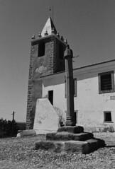 Cabeo de Vide: Pelourinho e Igreja (rgrant_97) Tags: bw film portugal monochrome nikon pb bn xp2 alentejo ilford f55