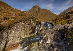 Wee Falls .. (Gordie Broon.) Tags: clouds landscape geotagged scotland waterfall scenery alba scenic may bluesky paisaje escocia hills schottland ecosse collines colinas invernessshire scozia 2016 scottishhighlands heuvels battlesite glenshiel shielbridge cluanieinn hugeln scottishwesternhighlands beautifulglen gordiebroonphotography canon5dmklll canon1635f4l