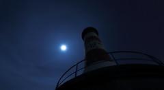 Phare rouge et pleine lune (Amanclos) Tags: longexposure lighthouse france night lune canon de fullmoon jupiter aude longueexposition portlanouvelle efs1022 canoneos700d