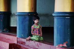 (cherco) Tags: color colour eye girl look composition canon temple golden alone colours columns nia wait 5d myanmar lonely mirada espera solitario templo dorado composicion columnas
