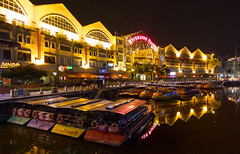 Riverside Point, Singapore (maxunterwegs) Tags: city night boot noche boat singapore nacht shoppingmall noite shoppingcenter nuit singapur singapura singaporeriver cingapura einkaufszentrum riversidepoint singpoure