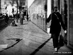 Vie parisienne (JEAN PAUL TALIMI) Tags: paris france texture monochrome statue solitude noir noiretblanc rue iledefrance reflets ville lignes clochard parisfrance silouettes touristes personnages exterieur talimi